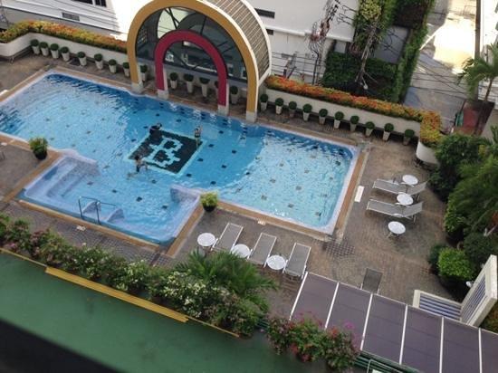 BelAire Bangkok: kids enjoying the pool