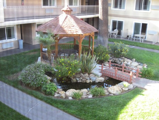 Quality Inn & Suites Thousand Oaks: Gazebo view from room