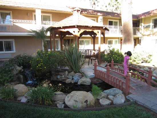 Quality Inn & Suites Thousand Oaks: Gazebo view from ground level