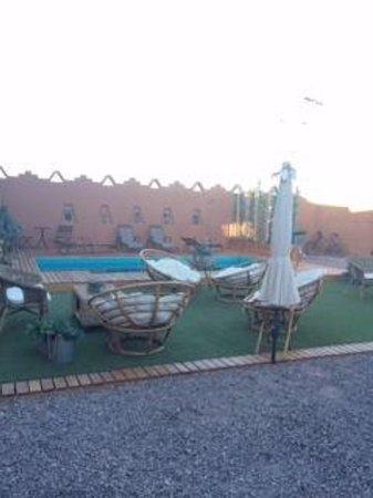 Hostal Pueblo de Tierra: piscina, descanso