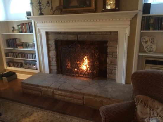 Campbell House - a Bed & Breakfast: Welcoming Fireplace in the Living Room