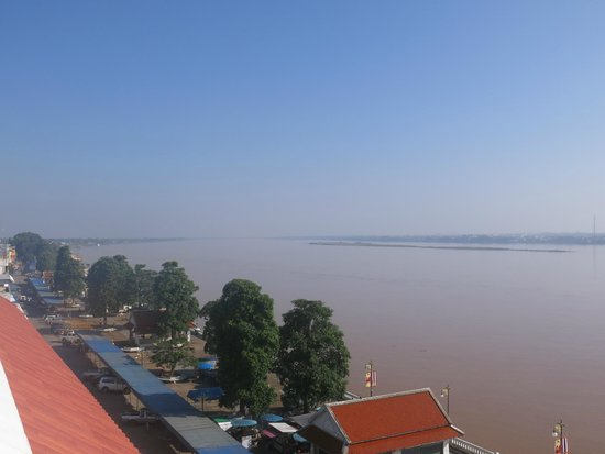 Riverfront Hotel Mukdahan: The Mekong as seen from the top floor of the hotel