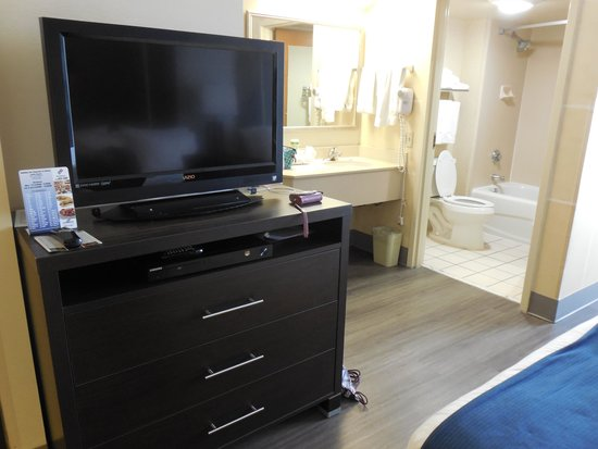 Holiday Inn Express Austin Airport : flatscreen TV & dresser