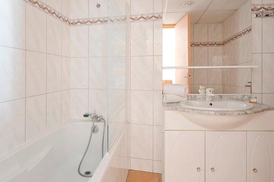 Ajoupa Apart'hotel Nice : Double standard sdb bain