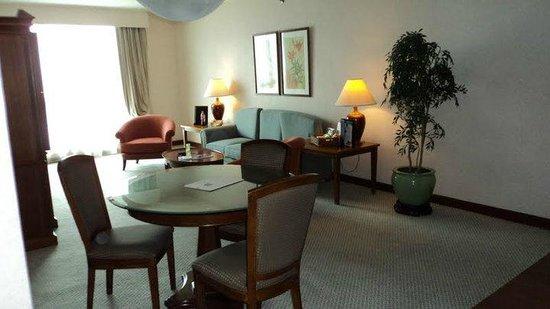 The Linden Suites: Sala de estar da Suite