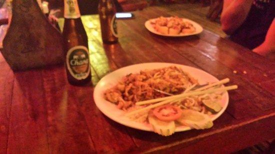 FIZZ beachlounge: Pad Thaï chicken