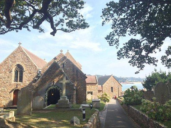Parish Church of St. Brelade: Церковь и очень ухоженное кладбище, открывается прекрасный вид