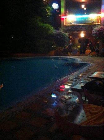 Lai-Thai Guest House: Piscina hasta las 9 pm