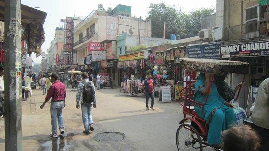 Hotel Guru Vas Inn: Main Bazaar street