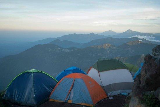 Santa Maria Volcano: En la cima al siguiente día: 7:00 AM (OESTE: Tajumulco y varias montañas)