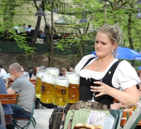 Augustiner-Keller: Heavy beer mugs-talented waitress!!
