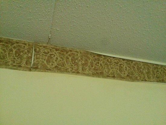 Country Inn & Suites By Carlson, Clinton I-75: Peeling Wallpaper Border