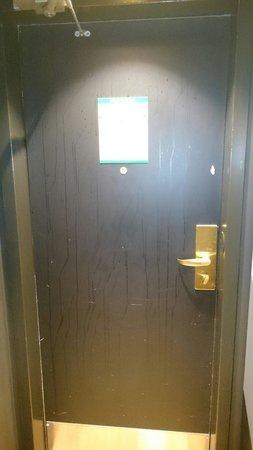 Clarion Hotel Amaranten: Kolla fläckarna på dörren