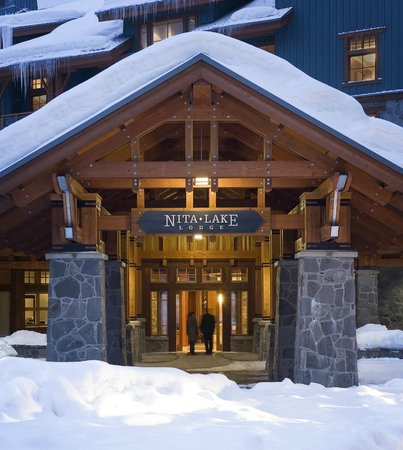 Nita Lake Lodge: Winter entrance