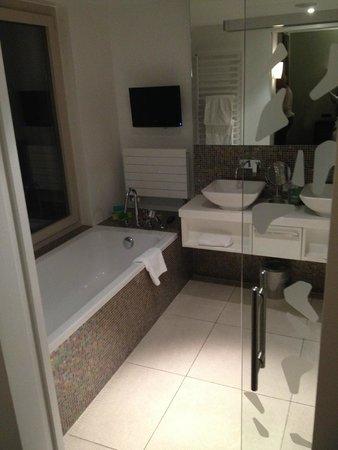 Hotel D - Basel : Baignoire avec écran TV