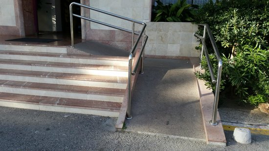 Hotel Monarque Torreblanca: Ramp for wheelchairs