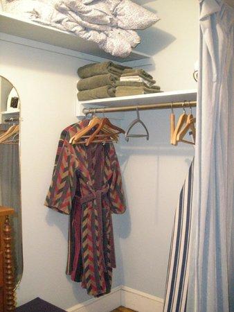 Dupuy's Landing Guest House: closet con batas!