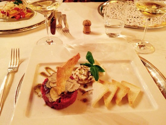 Il Meloncino al Caminetto: Tartara con tartufo. By. Santoro