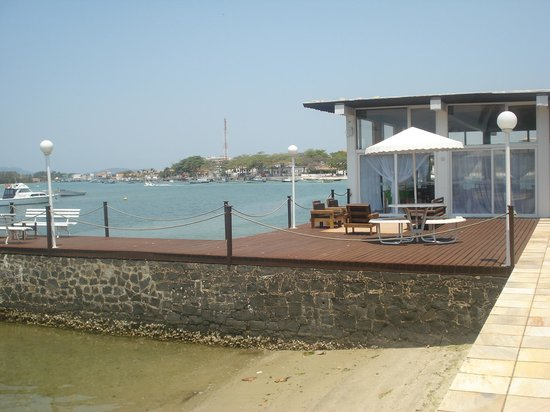 Pousada Marilia : Área para apreciar o canal com o restaurante ao fundo