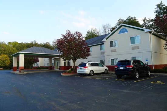 Dollinger's Inn & Suites: Ample outside parking