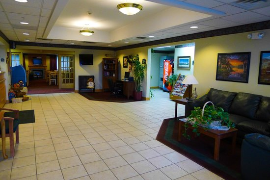 Dollinger's Inn & Suites: Hall view