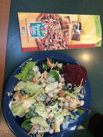 Round Table Pizza: Good fresh salad bar
