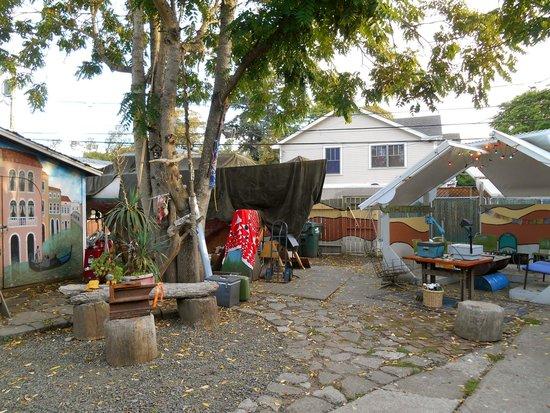 Eugene Whiteaker Hostel: Backyard of Whiteaker Hostel