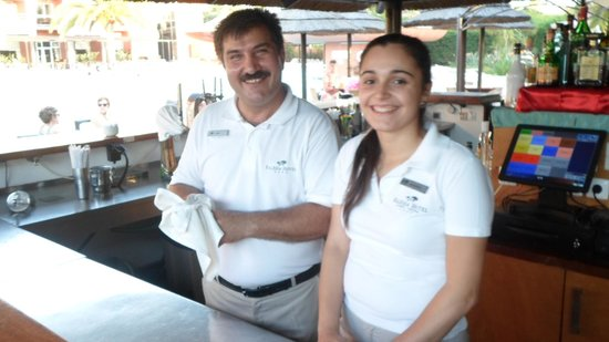 Falésia Hotel: Friendly staff at the pool bar