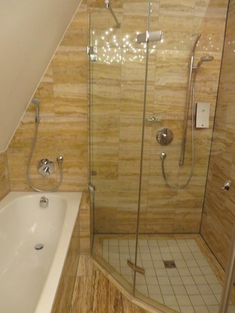 Hotel Hohenlohe: bath and shower
