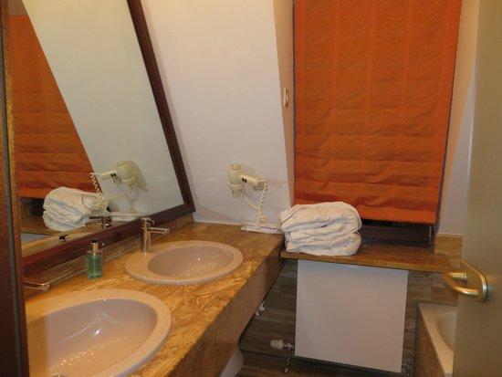 Hotel Hohenlohe: Double Sinks