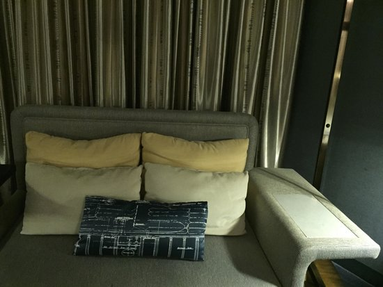 Hilton Newark Airport: Sofa with handy arm to hold drinks, tablets, etc.