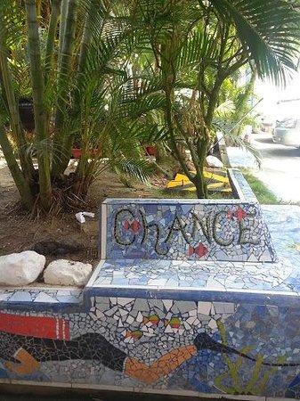 Hotel Montanita: Lugar rodeando la pileta abajo