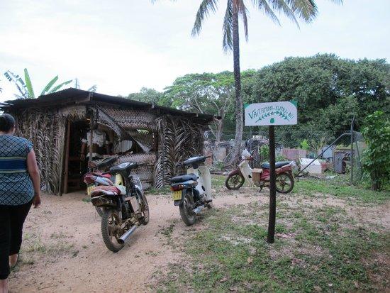 Atiu, Islas Cook: Exterior of a local Tumu Nu