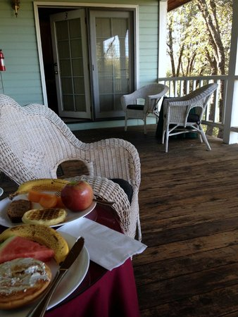 Berkshire Inn: breakfast on the deck outside our room