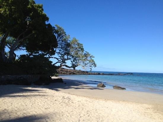 Mauna Kea Beach: good snorkeling along those rocks to south