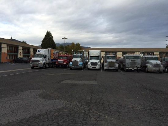 Super 8 Yreka: Truck parking.