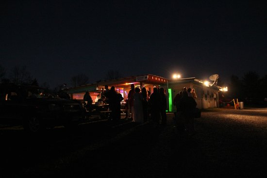Hull's Drive-In: Such a cool pic of the concession stand at night