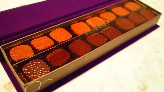Jumeirah at Etihad Towers : サービスでお部屋にセットされているチョコレートボンボン