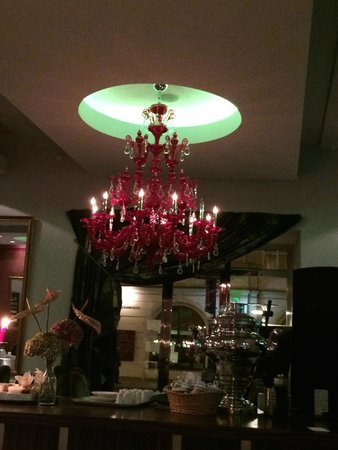 Le Grill Restaurant : chandelier in Le Grill