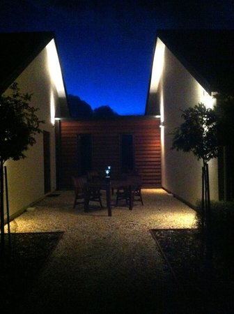 Pine Hill Lodge: Courtyard