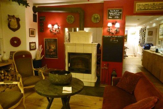 Hotel du Pillon: Warm, comfortable decor.