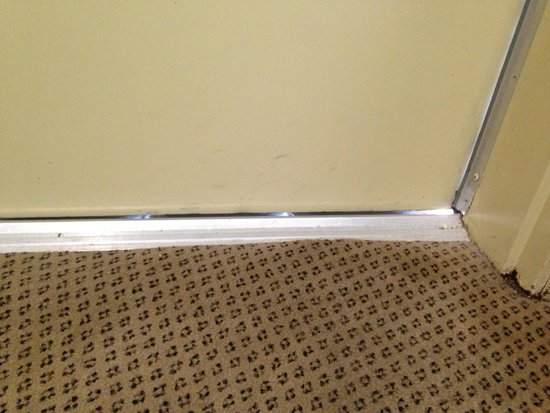 Holiday Inn Express Hotel & Suites Galveston West - Seawall: Gaps around door to the balcony