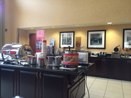 Hampton Inn Schenectady: Breakfast bar