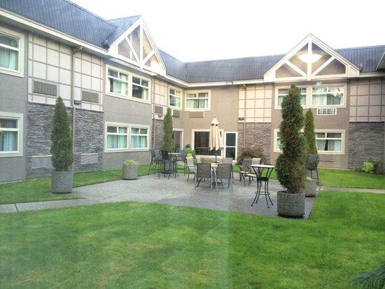 Best Western Plus Regency Inn & Conference Centre: 中庭