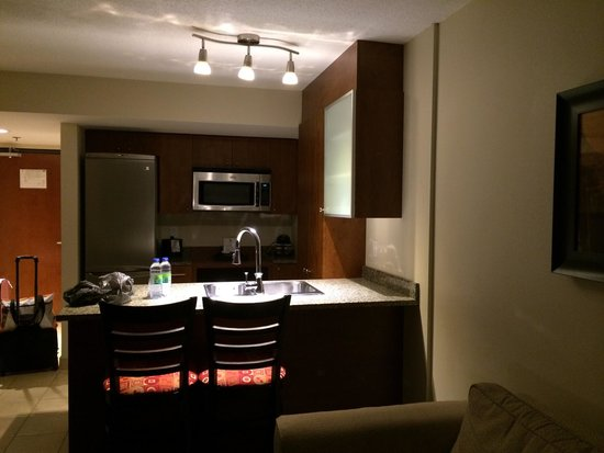 Embassy Suites by Hilton Montreal: Kitchenette area