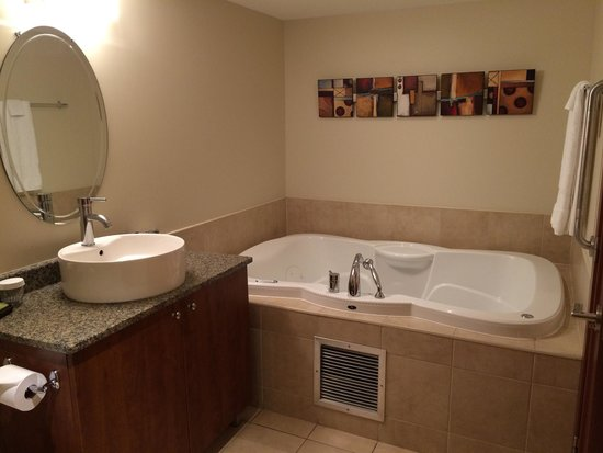Embassy Suites by Hilton Montreal: Jetted tub