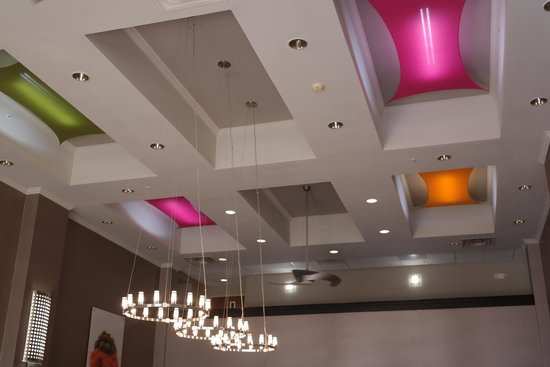 Hampton Inn & Suites Tulsa-Woodland Hills 71st-Memorial: Dining Area Ceiling