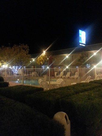 Motel 6 Holbrook: Pretty after dark.