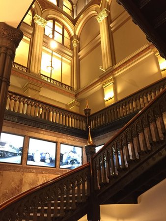 Hilton Garden Inn Milwaukee Downtown: Grand stairways make you feel classy