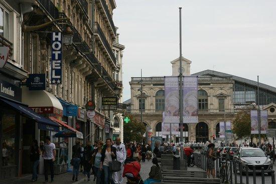 Le Grand Hotel : Вид с улицы на Отель и Центральный Вокзал
